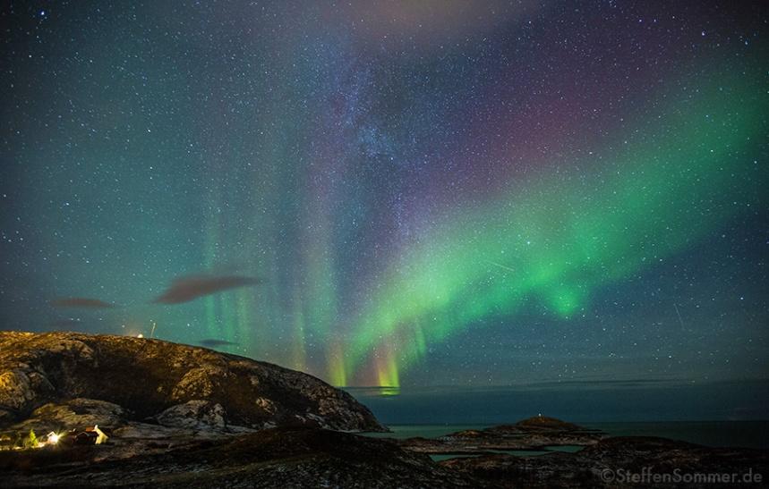 northern_lights_above_ocean_in_norway